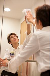 洗面台の鏡を掃除するイメージ写真